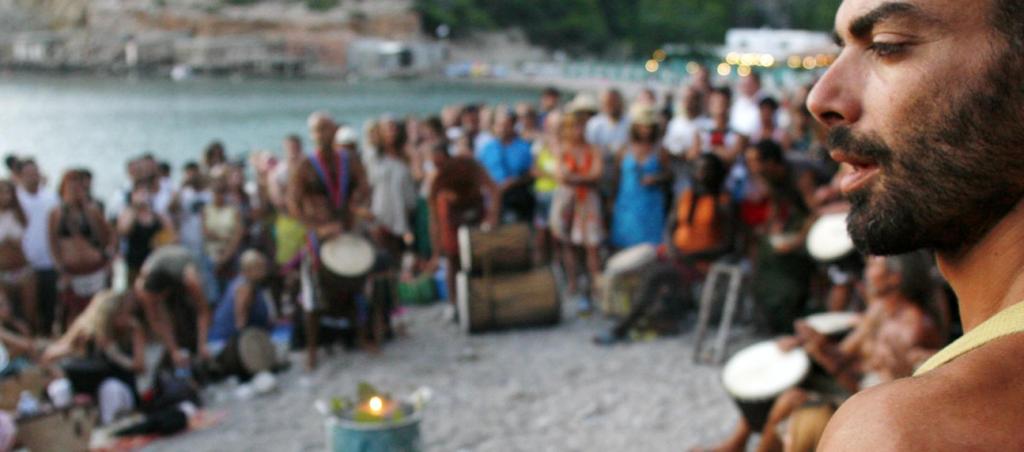 Tambores en playa de benirras tradiciones hippies de ibiza
