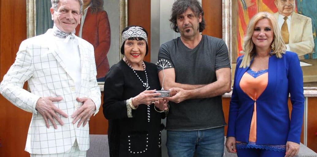 Personas sosteniendo un premio