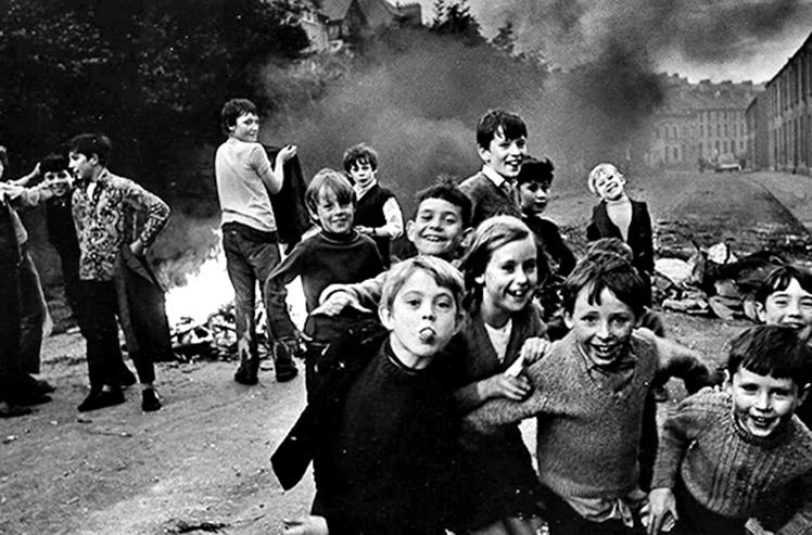 Imagen con varios niños delante de una barricada